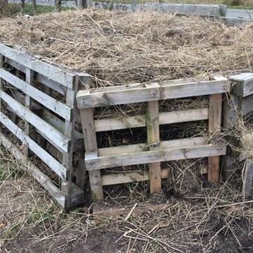 Kruid dat op het veld vergaat in de compost verwerkt